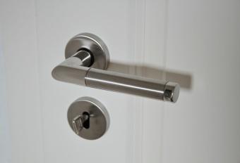 Klamki do drzwi – elementy wykończenia mebli, akcesoria do drzwi